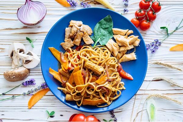 Лапша удон со свининой, курицей или овощами на выбор в фирменном соусе.