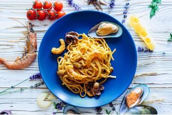 Лапша удон с морепродуктами в соусе песто